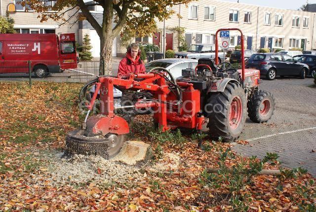 Tractor + bosfrees trekker met kleine stobbefrees