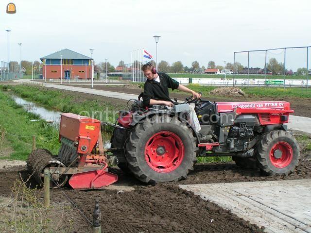 Tractor Trekker met zaaimachine