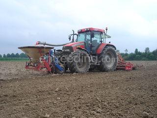 Tractor + zaaimachine Omgeving Steenbergen