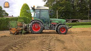 Traktor met graszaaimachi... Omgeving Maastricht