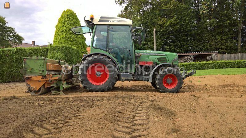 Traktor met graszaaimachine
