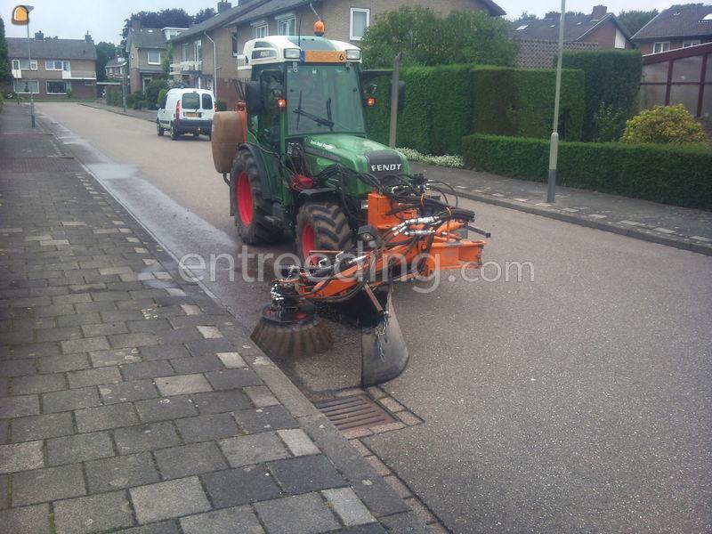 Traktor met borstelarm