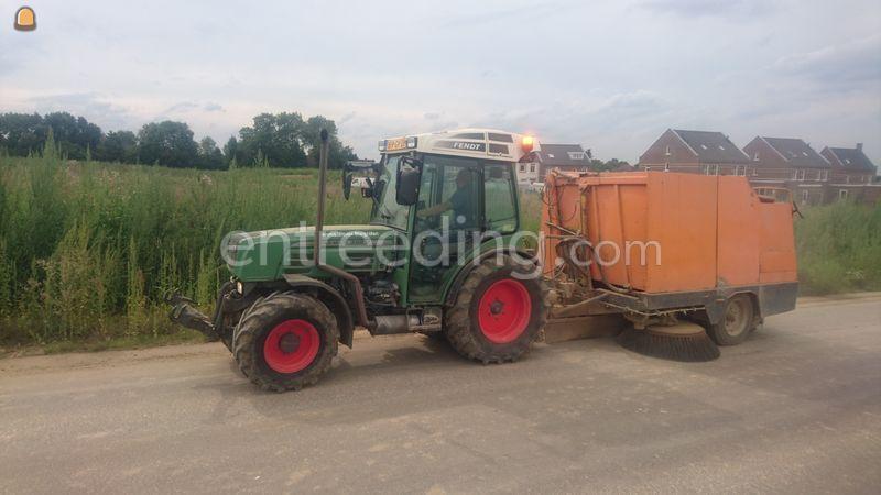 Traktor met aanhangveegwagen