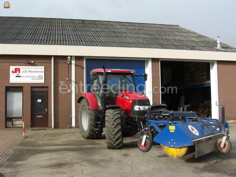 Tractor + veegmachine Case 140 met veegmachine.