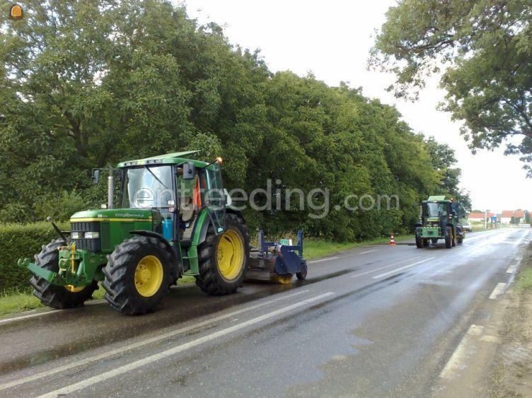 Tractor met hydraulische veegborstel