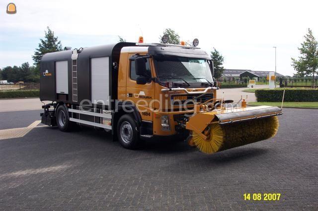 Spuitwagens 2x Volvo teerspuitauto