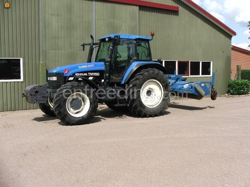 Tractor + veegmachine New Holland met AP rolbezem