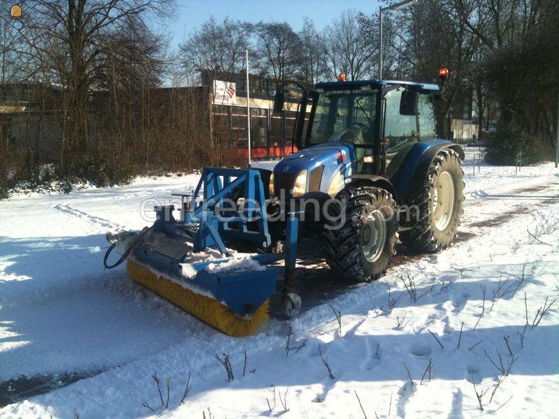 Tractor + veegmachine New Holland TL90 + veegmachine