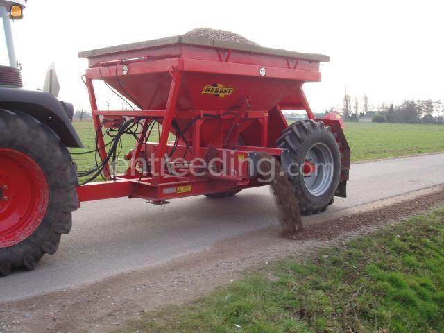 Tractor + bezandingskar Trekker + doseerwagen