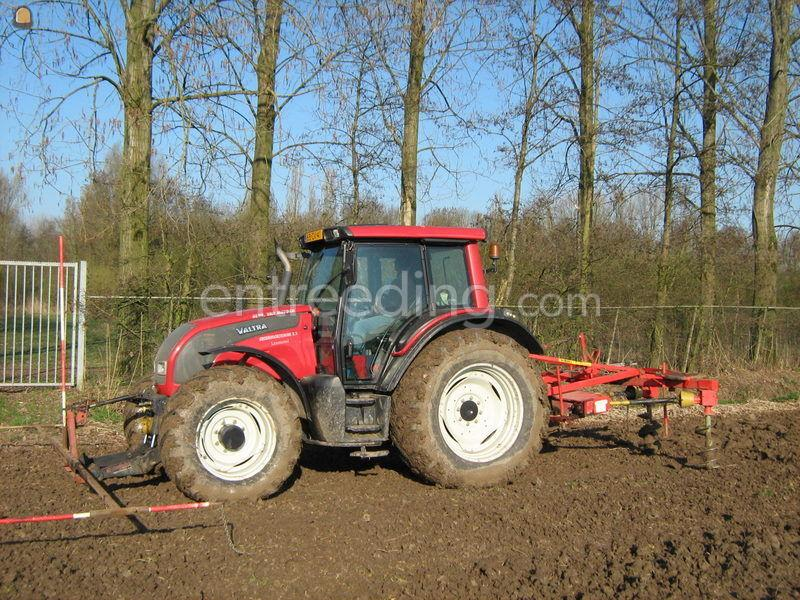 Tractor + struikgatenboor Valtra met struikgatenboor
