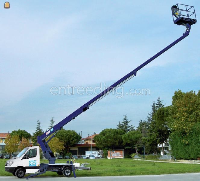 diverse telescoop en knikamm op vrachtwagen