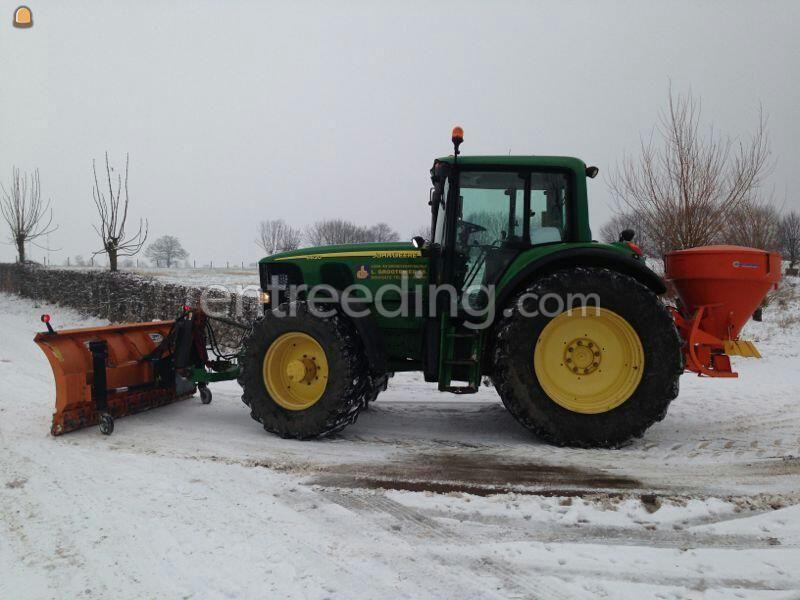 John Deere + sneeuwschuif en zoutstrooier