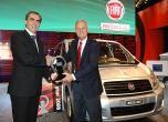 Juryvoorzitter Pieter Wieman (r) reikt de prijs uit aan de directie van Fiat.