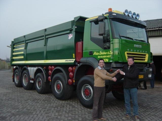 De aflevering van de Iveco 10x8 bij H. den Dekker uit Veen