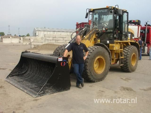 Machinist Harm Kiel van de gemeente Groningen met zijn nieuwe Rotar schudbak.