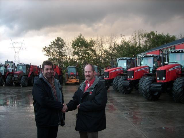 FOTO: Kees v/d Velde (links) neemt sleutels in ontvangst van Arie-Jan de Bruin