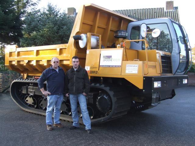 Op de foto ziet u Rob Roodbeen, die  de machine van Lommers in ontvangst nam.