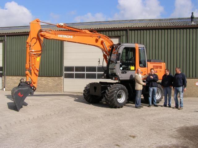 Op de foto (vlnr.) de heren Niek Konijn, John en Piet van Vuure en machinist Ron Melman.