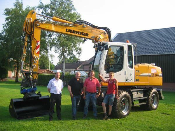 Op de foto (vlnr.) de heren Bert Hoogeveen (W&H), monteur Harry Regts, Henk Bloemhof en machinist Albert-Jan Bloemhof.
