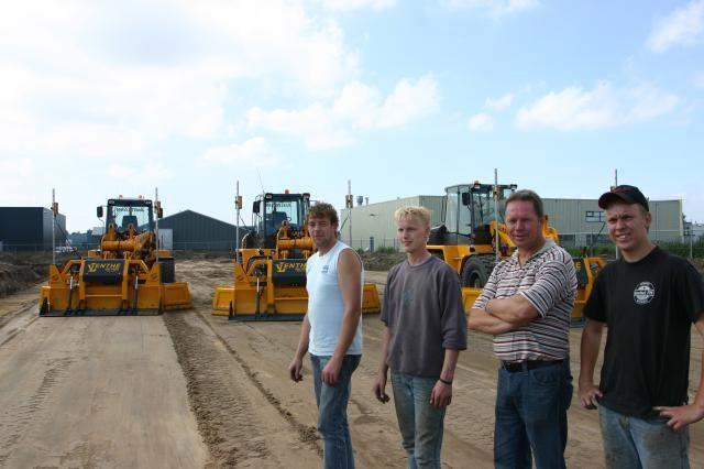v.l.n.r. : De machinisten Rob van Duin en Bertus Westra, Herman van Lenthe (dir.) en zijn zoon Henk Jan van Lenthe