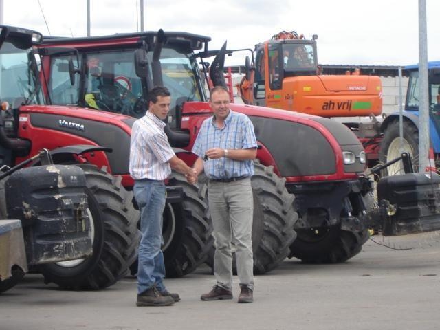 Dealer Arjen Verburg (l) overhandigt Jan Vrij (r) de sleutels