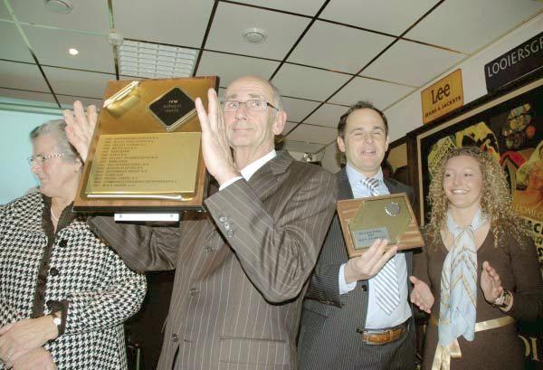 Vader en zoon Hagen tonen trots de award voor Bedrijf van het Jaar