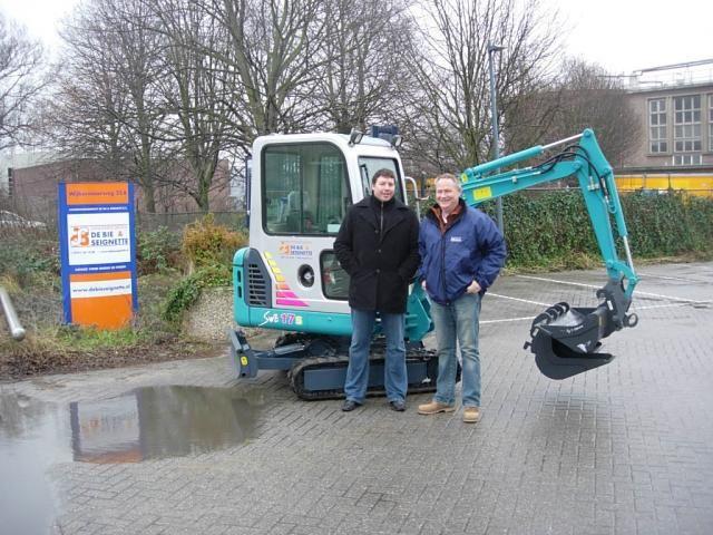 Op de foto de heren R. van Doorn en machinist K. Reijne van De Bie & Seignette.