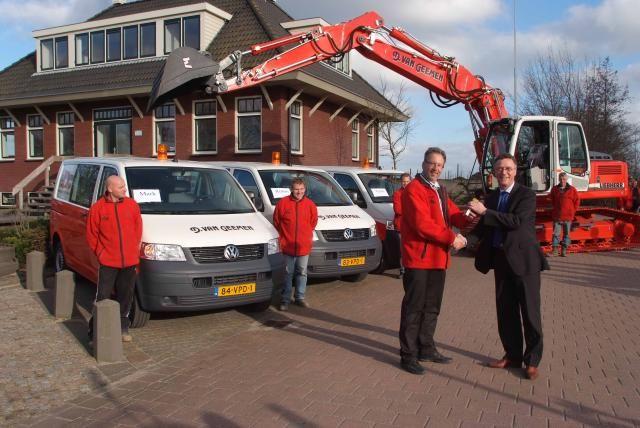 Jac Mooy van Heron autobedrijven (r) overhandigt de sleutels aan Dirk-Jan van Geemen.