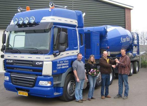 De sleutels werden overhandigd door Anton van der Niet (Blom's Automobielbedrijven, Zoeterwoude) aan directeur Aad van Velsen.