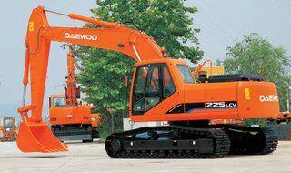 22,4 ton op 850 mm brede rupsen, weegt de 225LC-V