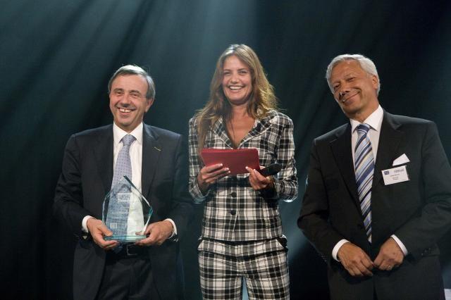 De prijs werd in ontvangt genomen door Mr. Armando Di Pace, General Manager Marketing & Sales van Komatsu Utility Europe (Italië)