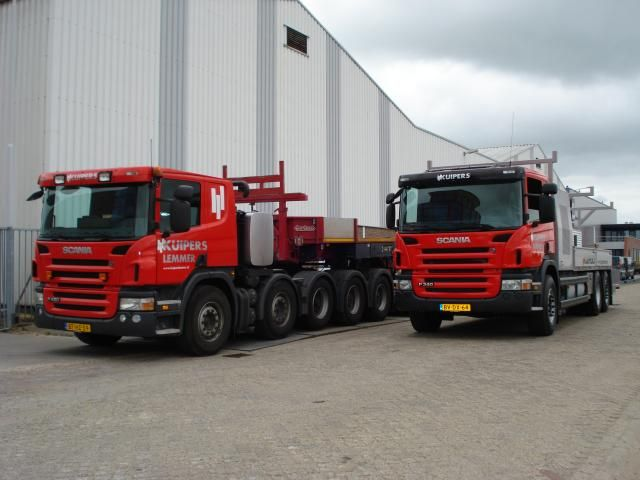 De nieuwe Scania P340 en P420 klaar voor vertrek bij Kuipers Funderingstechnieken BV.
