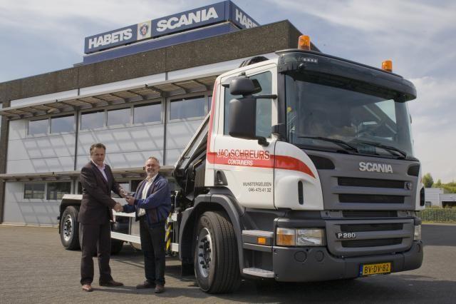 Een trotse Guus Schreurs (R), directeur van Jac. Schreurs Containers, neemt de sleutels van de eerste Scania EEV containertruck in ontvangst uit handen van Paul Maas van Scania Venlo.