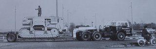 1961: een vrachtwagen van Doornbos Rotterdam die op de Nooteboom dieplader een Cat pijpenlegger vervoert.