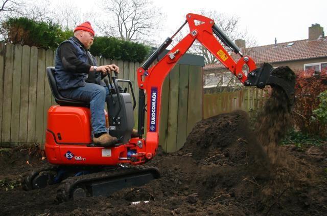 Op de foto is te zien hoe de machine direct na ontvangst onmiddelijk werd ingezet bij de renovatie van een tuin.