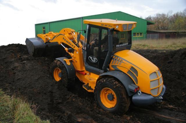 Op de foto's is te zien hoe de machine reeds uitgebreid werd beproefd in de zware natte grond.