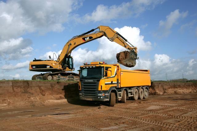 De nieuwe Scania 5-asser van Steentjes Transport in een omgeving waar hij zich prima thuis voelt