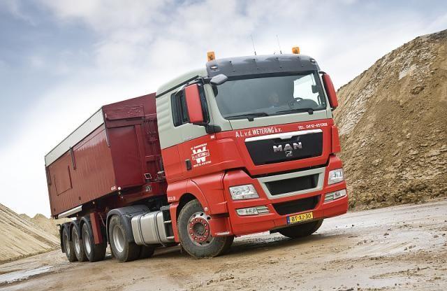 De MAN TGX 18.440 4x2 trekker met XL-cabine en TipMatic in zijn werkomgeving.