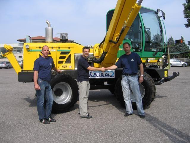 Op de foto de overdracht van de machine met van rechts naar links Cees Wit, Daniële Fraron van Energreen en Winfred Wester van Hydro West.