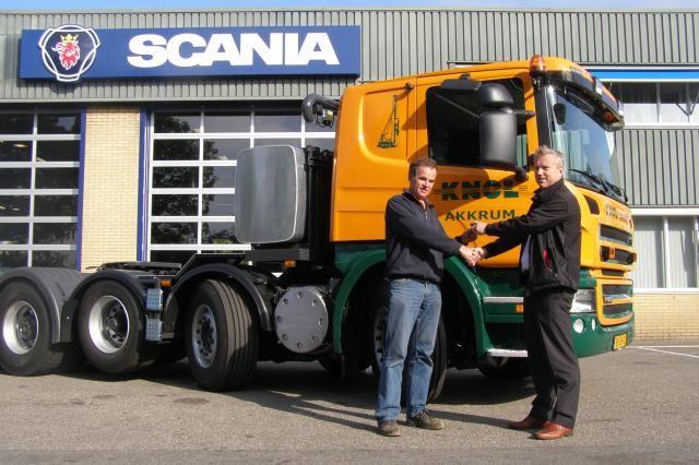 Meine Veld (L) van Knol neemt de sleutels van de nieuwe zwaartransporttrekker in ontvangst uit handen van Rudolf Valkema van Scania Joure