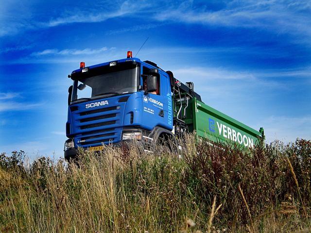 De Scania G440 XPI kraanauto van Verboon in het terrein waar het voertuig graag verkeerd.