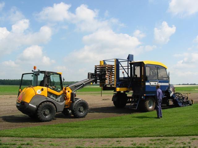 Ahlmann kniklader AX voor Boelens Supergrass Graszoden in het Drentse Borger