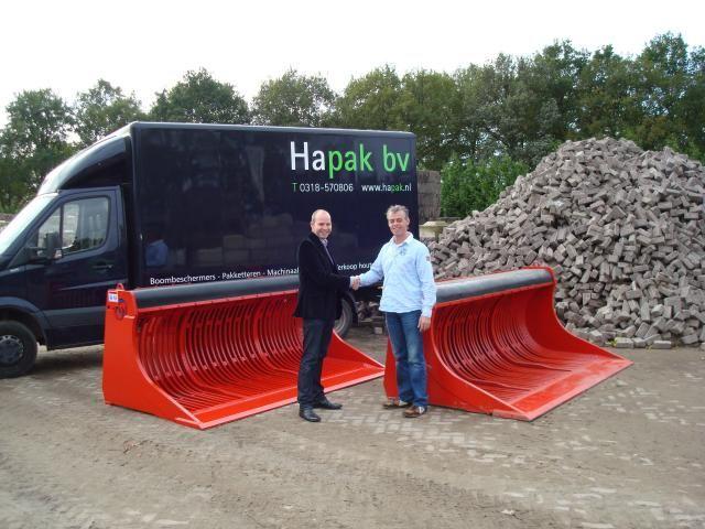 De Rotar Schudbakken wordt symbolisch overhandigd aan Jasper Stelwagen van Hapak