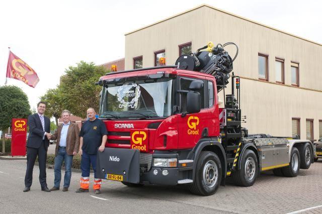 Account Ronald Weening (L) van Scania overhandigt de sleutels aan de heer P. Muusse (M) van GP Groot en chauffeur H. Schepers (R)