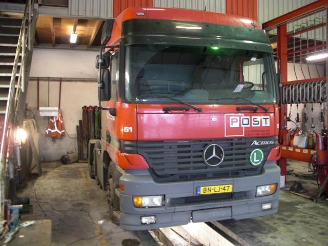 Gestolen rode trekker MB Actros 6x2 BN-LJ-47 nr 51 van Post Harderwijk
