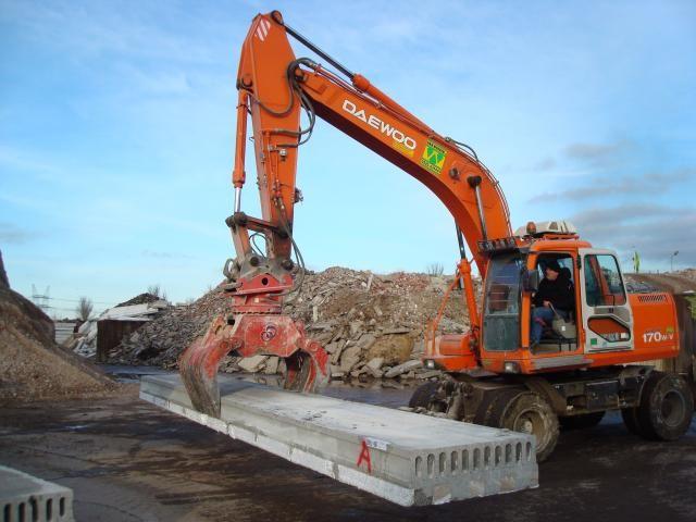 Machinist Werven Recycling druk aan het werk met de Rotar sloop-/sorteergrijper
