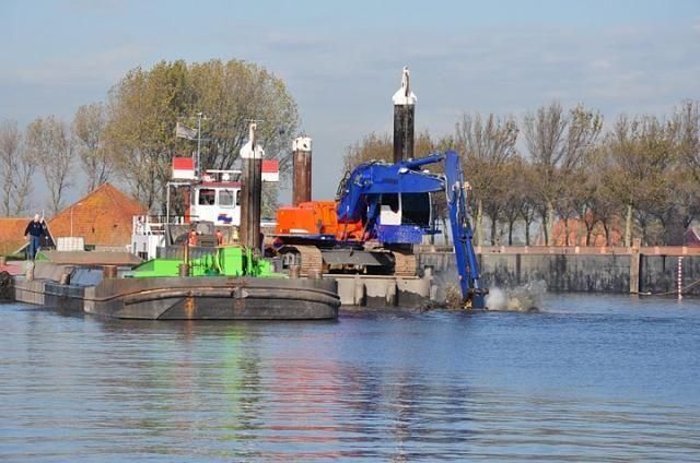 BK Groep uit Velserbroek baggeren gezamenlijk het Noordhollandsch kanaal uit