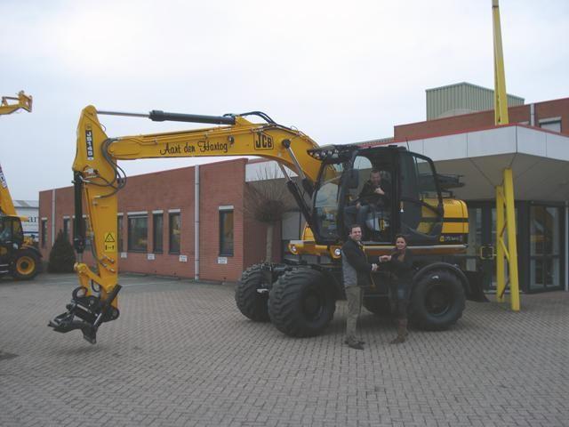 JCB JS 145 W mobiele graafmachine voor Verhuurbedrijf Aart den Hartog uit Hei en Boeicop