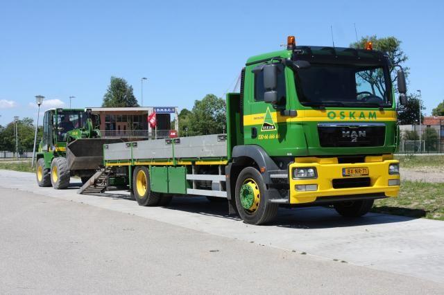 De MAN TGM oprijwagen voor Aannemersbedrijf Oskam B.V.