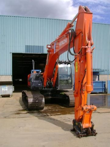 VERMIST: Hitachi ZX210LC-3 rupsgraafmachine Rental Force